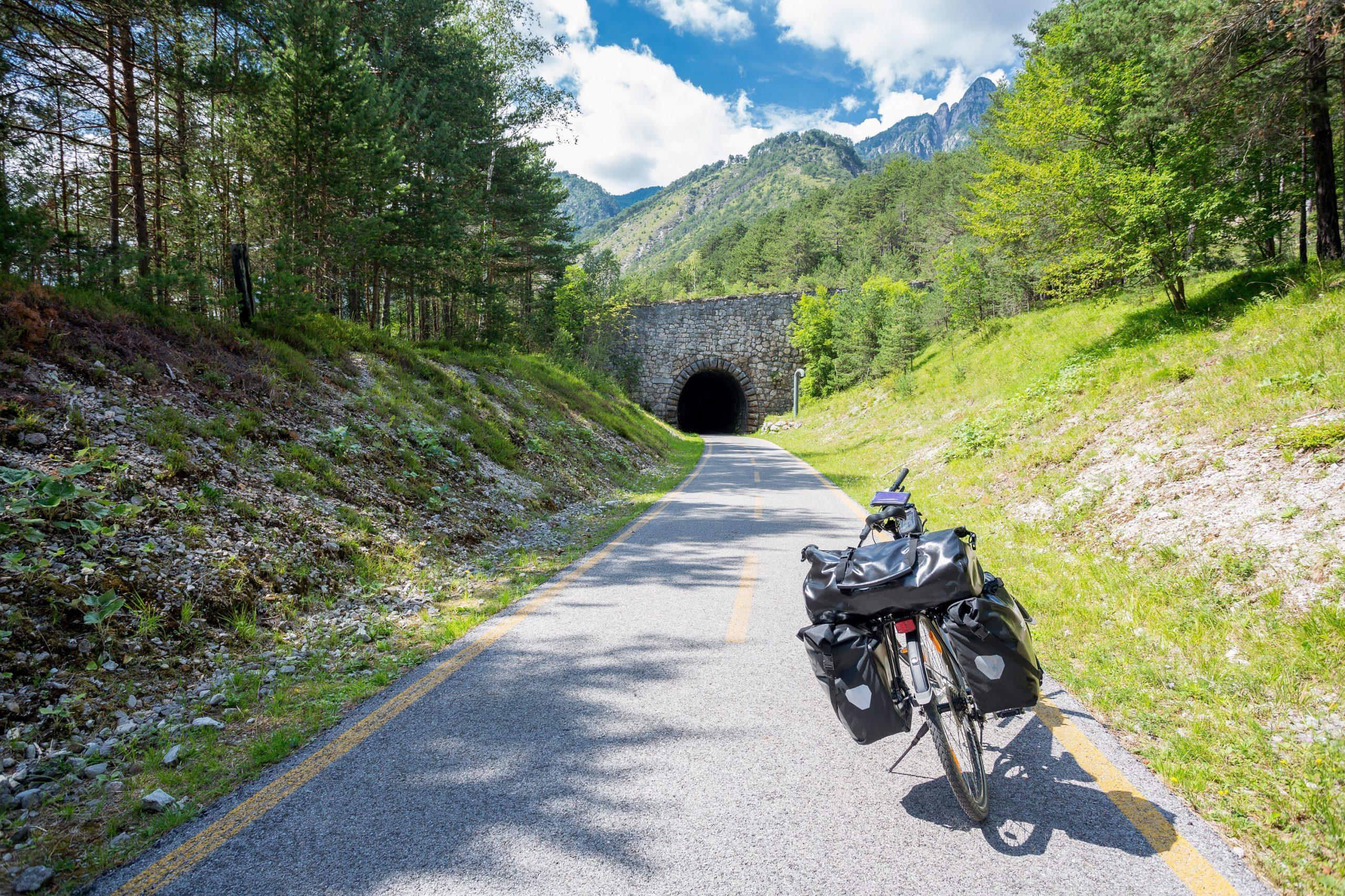 Sulla ciclabile Alpe Adria si pedala in due paesi diversi e si gode di un paesaggio vario e pieno di contrasti
