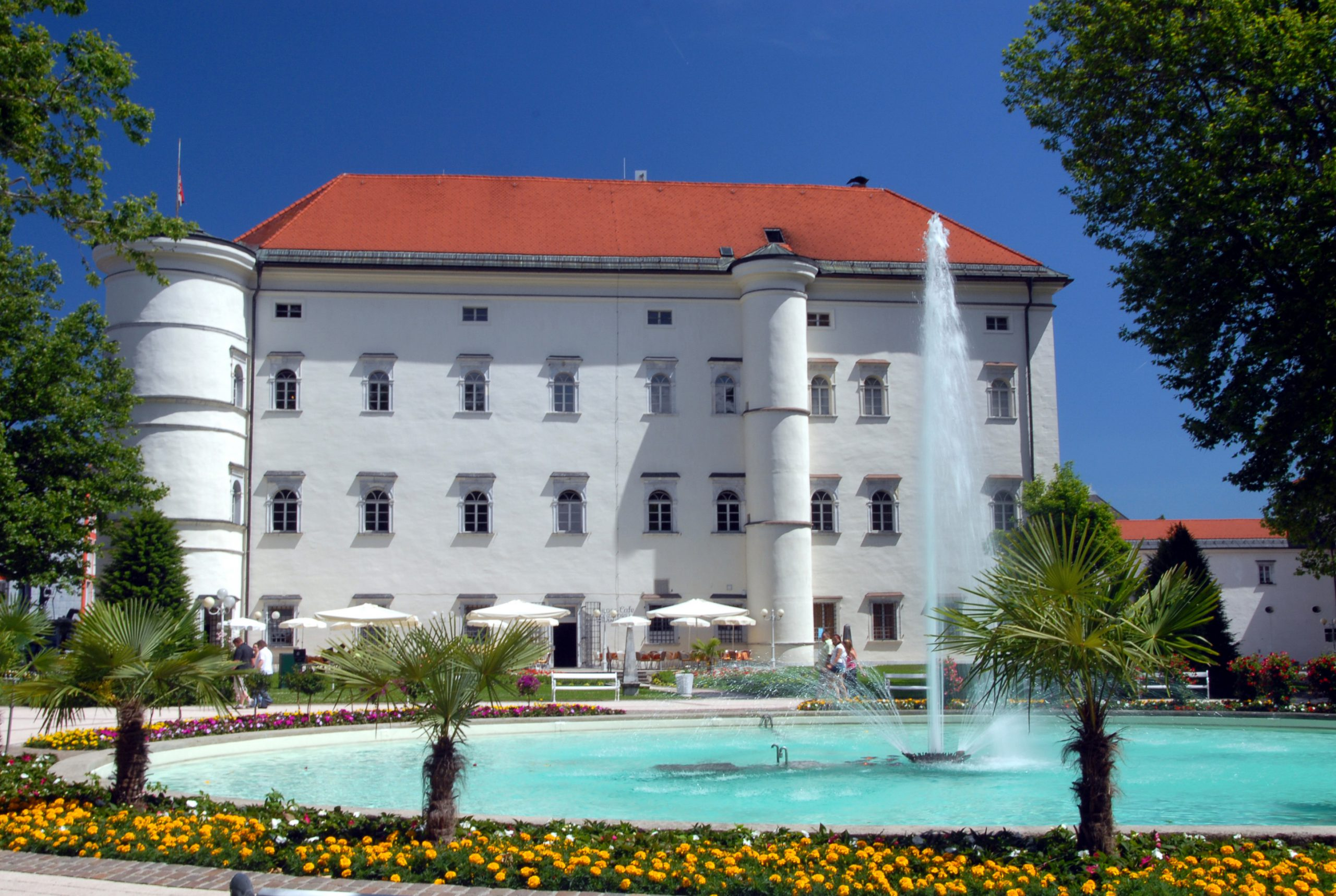 Combine cycling and culture in Spittal an der Drau and visit the historic Porcia Castle