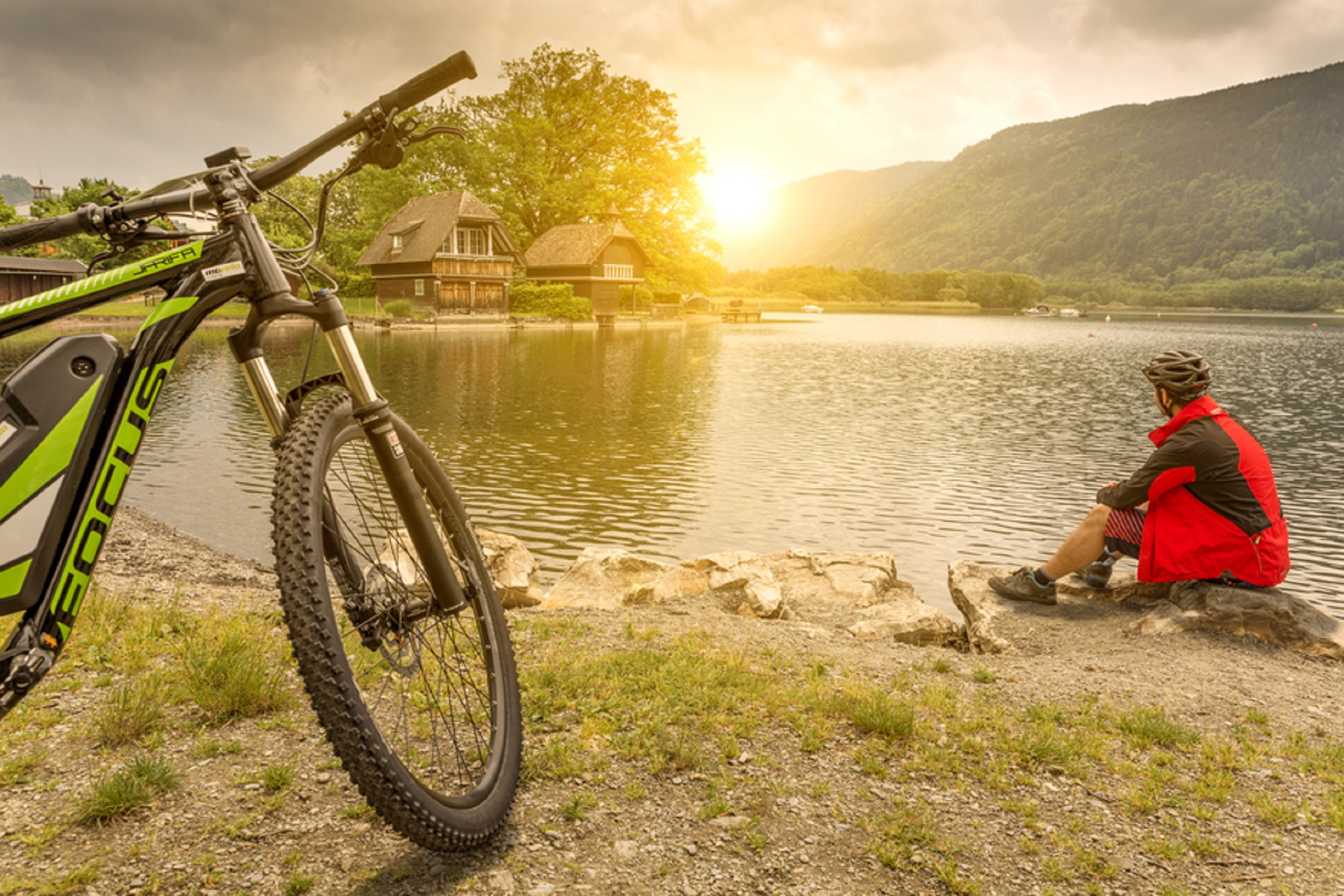 on the way around the deep green Ossiacher See - bike tour with the e-bike