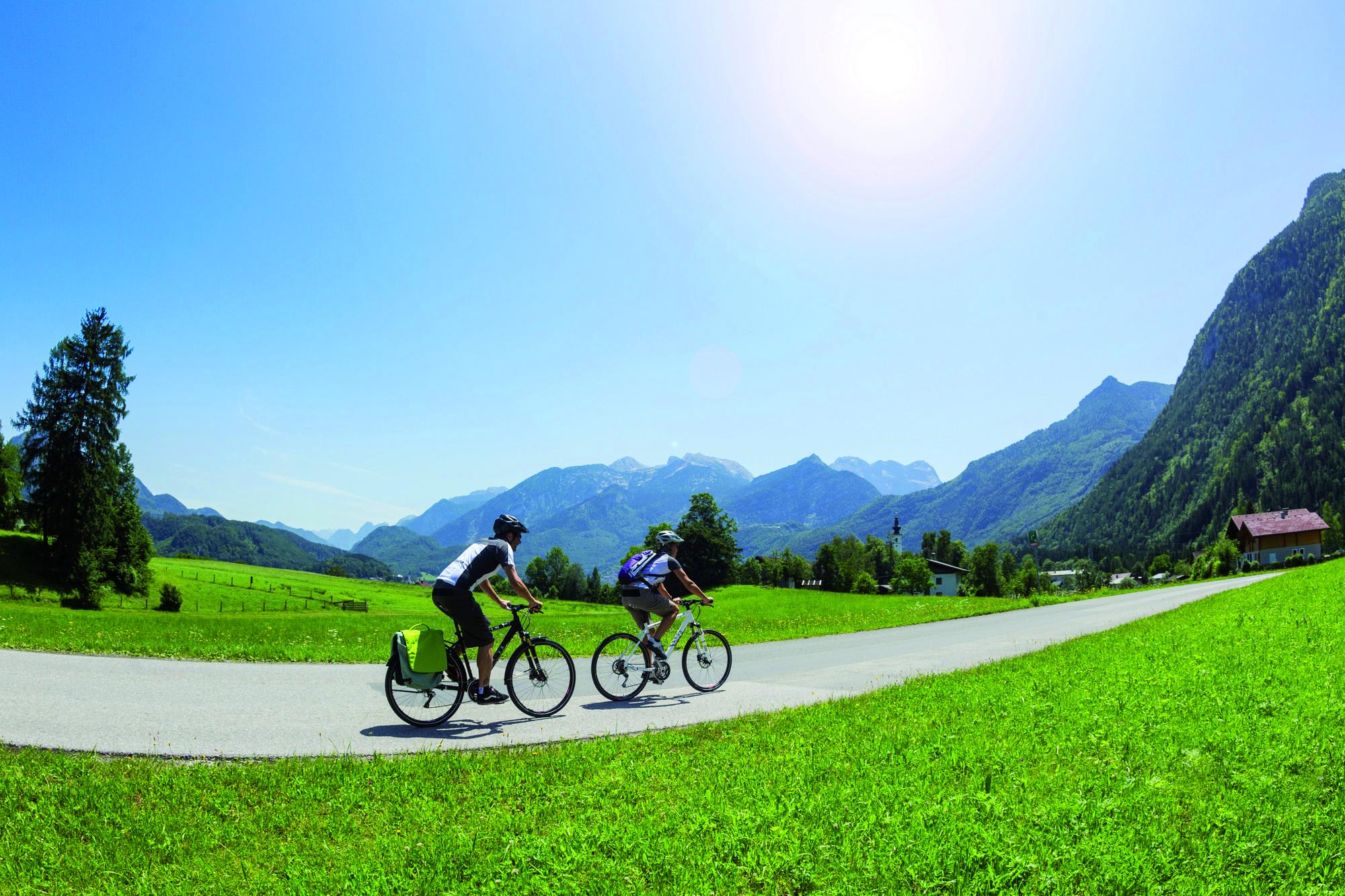 Radfahren am Tauernradweg mit Blick auf die Hohen Tauern - Radfahrer werden es lieben