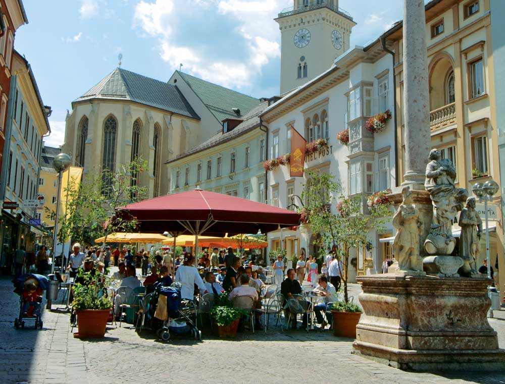Az idilli Hauptlatz Villach sétára hív