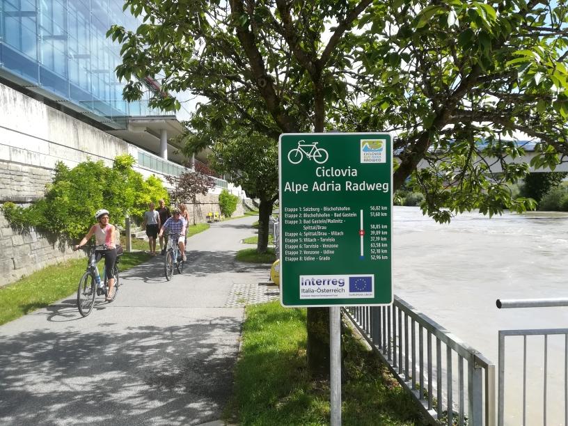 Der Alpe Adria Radweg führt vom österreichischen Salzburg über die Alpen ins italienische Grado an der Adria