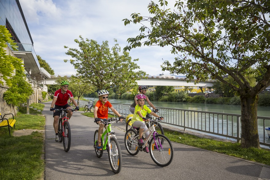 Cycle through Villach with the family on the 5-star Drau cycle path