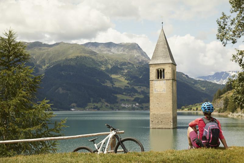Der Reschensee ist ein Stausee im westlichen Südtirol