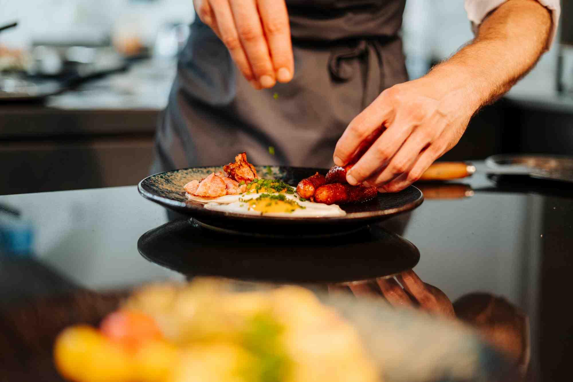 frisch zubereitetes spiegelei zum fruehstueck im restaurant charles hotel palais26 villach