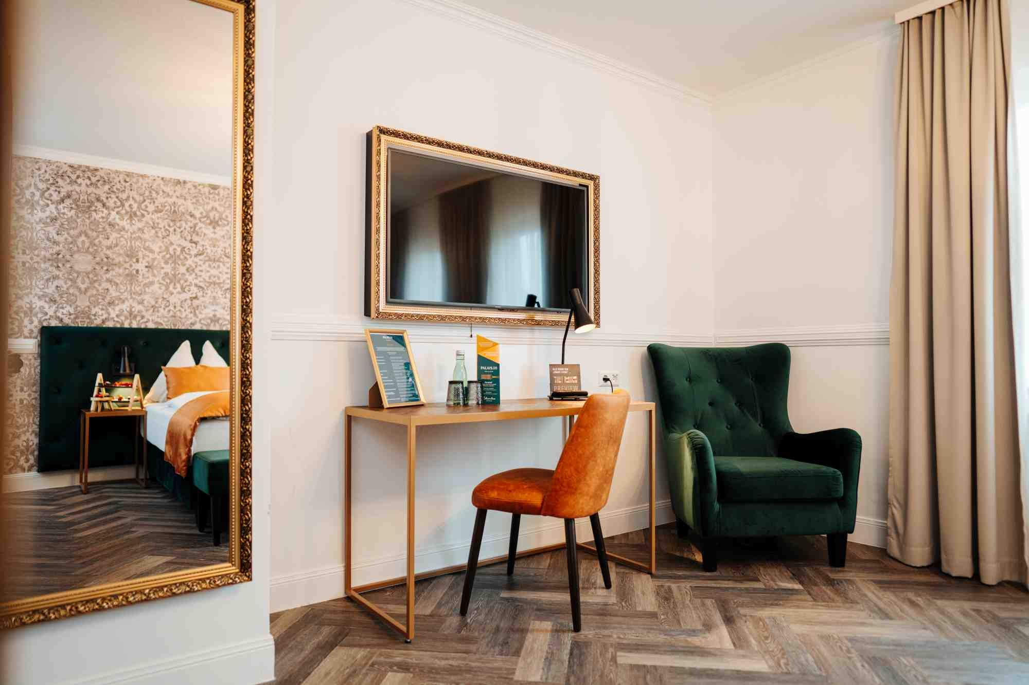 schreibtisch und spiegel im superior doppelzimmer hotel palais26 villach