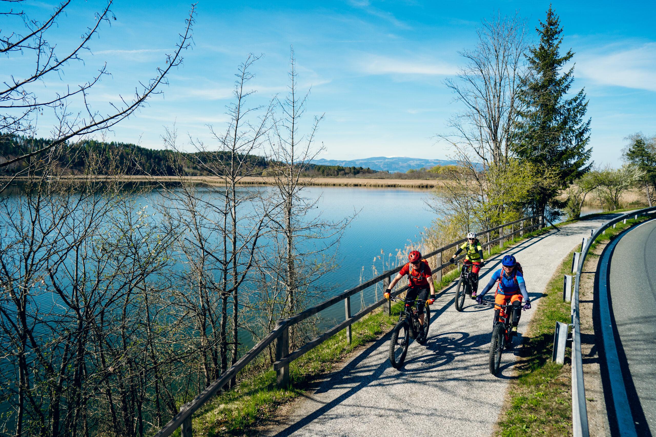Genuss E Bike Radln Goesselsdorfer See Schilfguertel MannFrauen Suedkaernten ©SuedkaerntenHofmann 2